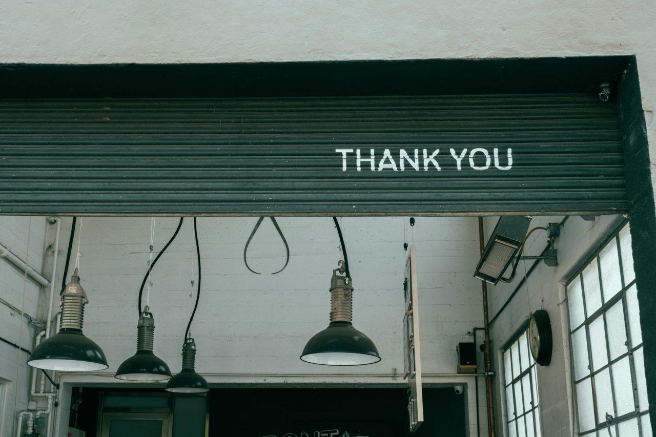 Garage met industriële hanglampen