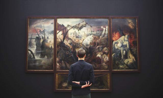 Man kijkend naar schilderij