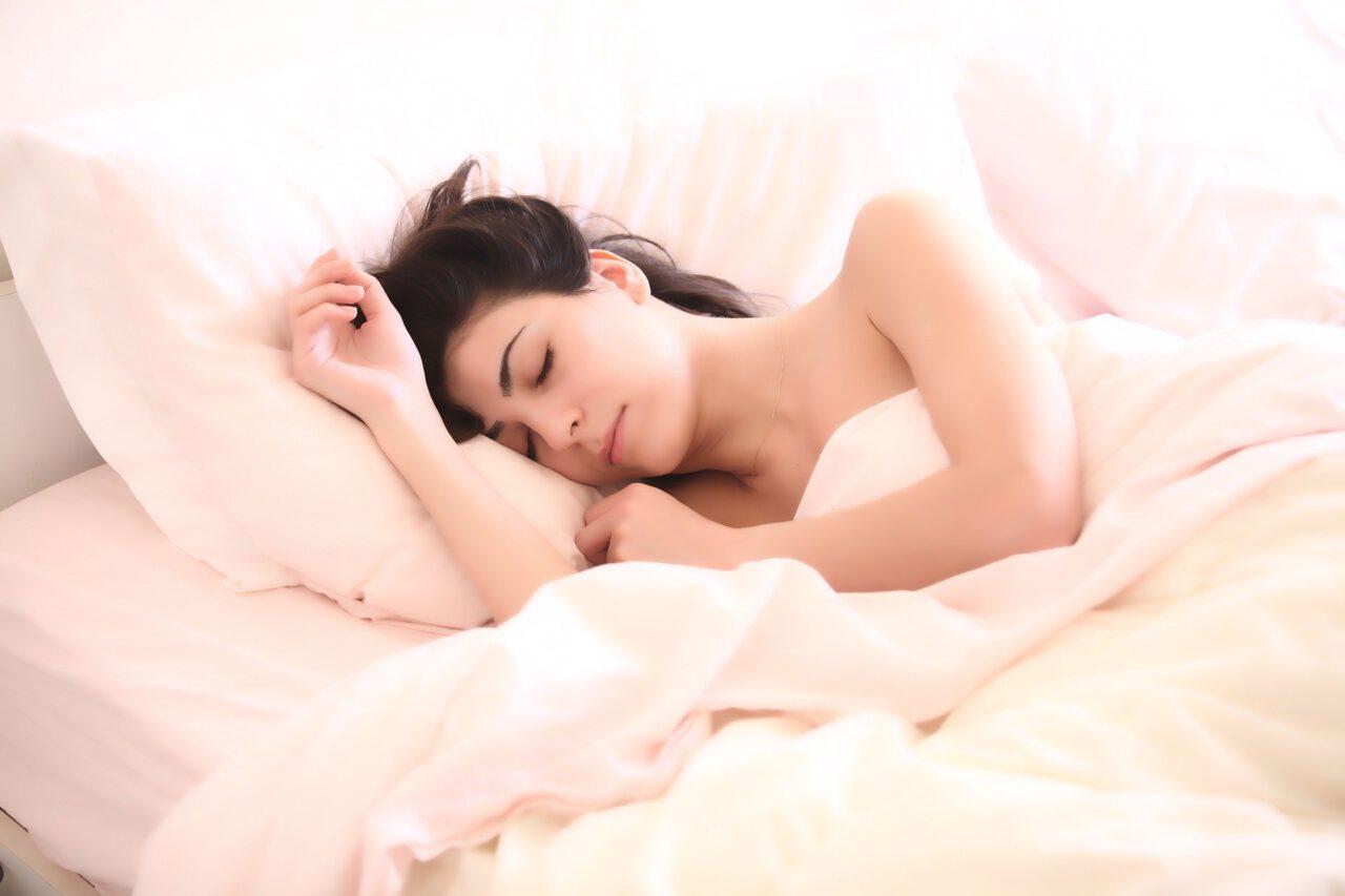 Vrouw slapend in bed