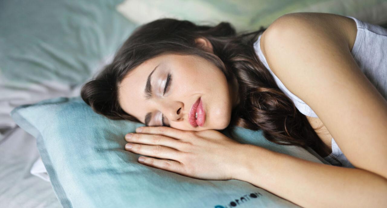 Vrouw slapen op een kapokkussen